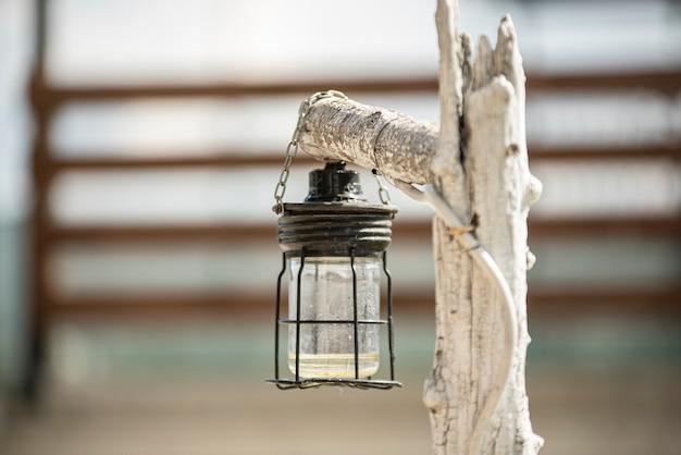 Primo piano dettaglio della lanterna in giardino durante il giorno
