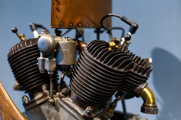 Primo piano di un dettaglio di un raro motore di un'auto. meccanismi in metallo. industria automobilistica