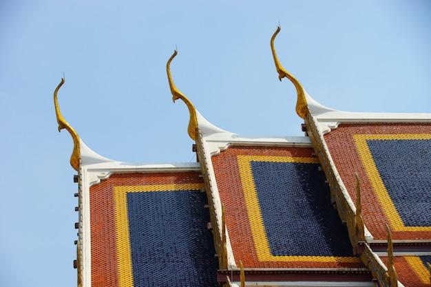 Primo piano sui dettagli del tempio color smeraldo, thailandia