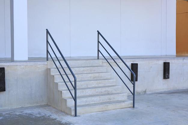 Dettagli del primo piano delle scale e dell'inferriata di una costruzione.