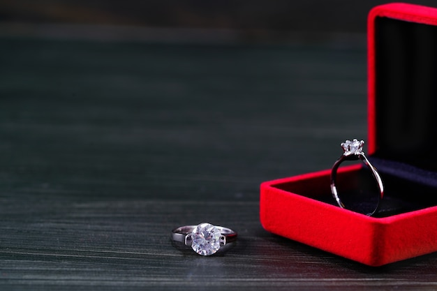 Primo piano anello di diamanti in portagioie rosso
