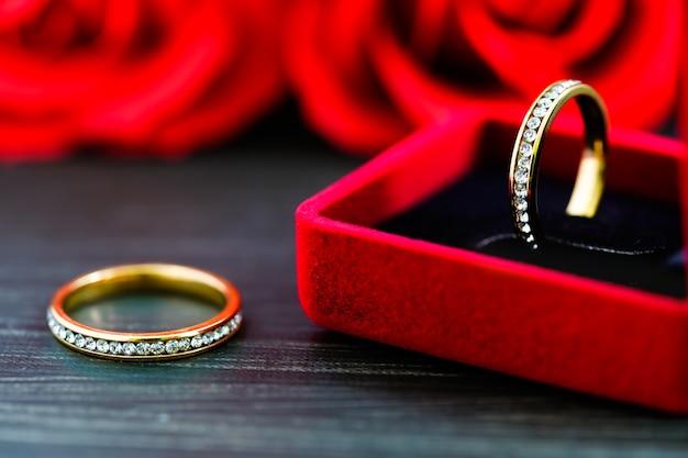 Primo piano anello di nozze di diamante in portagioie rosso