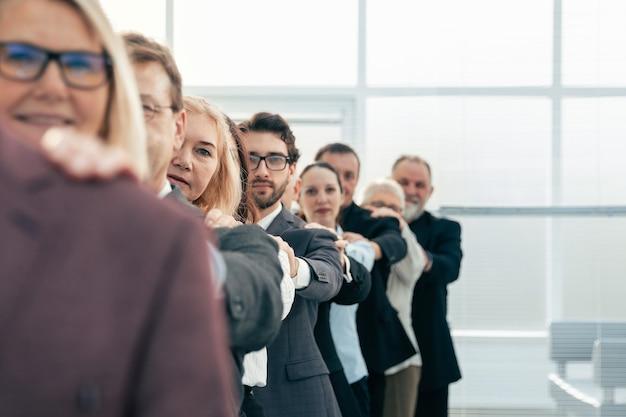 Avvicinamento. uomini d'affari diversi in fila