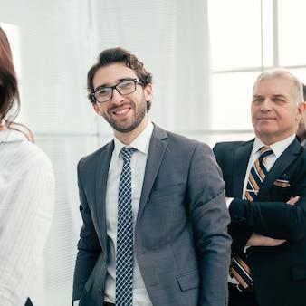 Avvicinamento. uomini d'affari diversi in piedi a turno