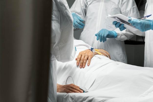Primo piano medici e paziente