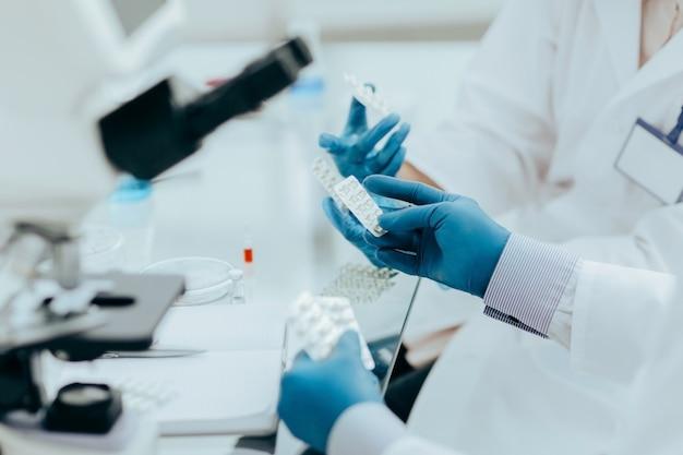 Avvicinamento. medici e farmacisti discutono di un nuovo farmaco. scienza e salute.
