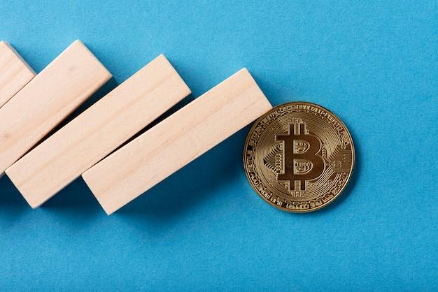 Primo piano di pezzi di domino e bitcoin