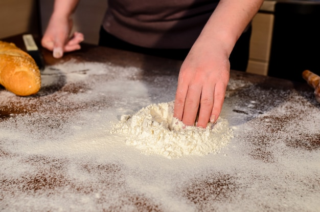 Primo piano sulla preparazione dell'impasto per la cottura