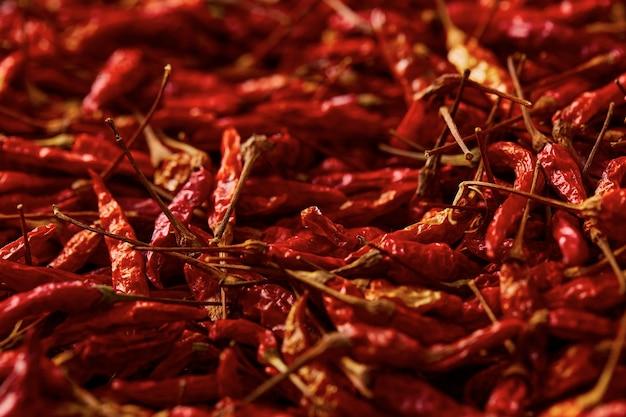 Chiuda sul fondo di struttura del peperoncino rosso essiccato, peperoncino rosso secco di karen è peperoncino tradizionale dell'asia (prik ka reang)