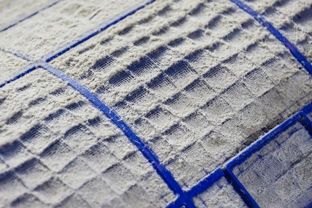 Primo piano di polvere e sporco sul filtro del condizionatore d'aria.