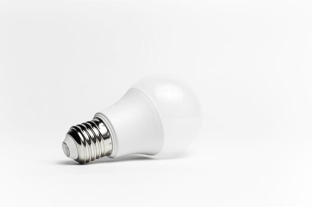 Primo piano della lampadina di eco isolata. concetto di oggetto minimalista.