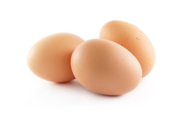 Primo piano sulle uova isolate isolate