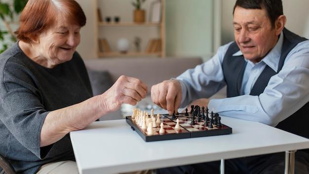 Close up anziani giocando a scacchi