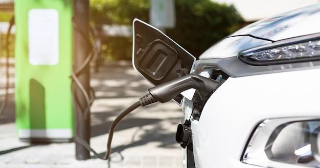Primo piano della batteria di ricarica dell'auto elettrica. caricabatterie ecologico per veicoli ibridi. concetto di energia e trasporti sostenibili. ecologia pulita.