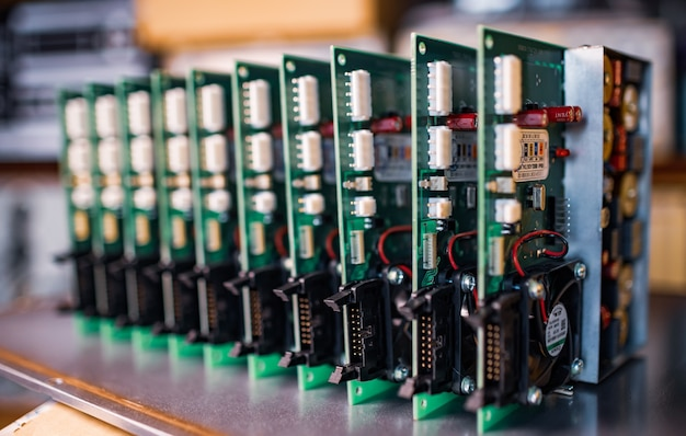 Microcircuiti incorporati verdi elettrici ravvicinati in produzione
