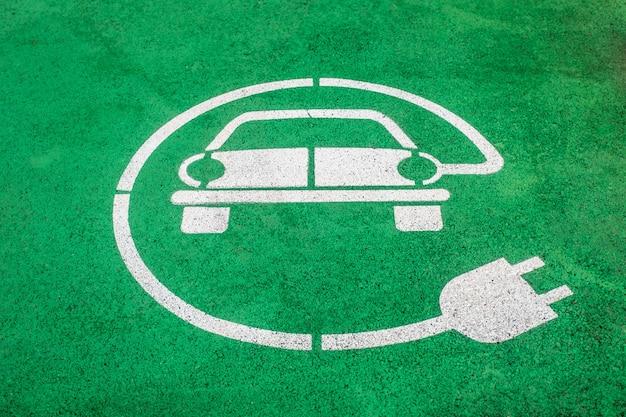 Primo piano di un marcatore di spazio parcheggio per veicoli elettrici dipinto su asfalto