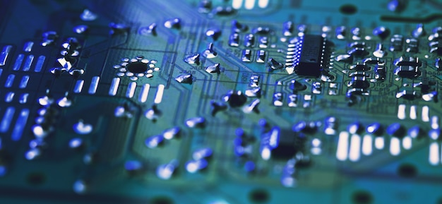 Primo piano del circuito elettronico con il processore. tecnologia hardware per computer elettronici. scienza tecnologica.