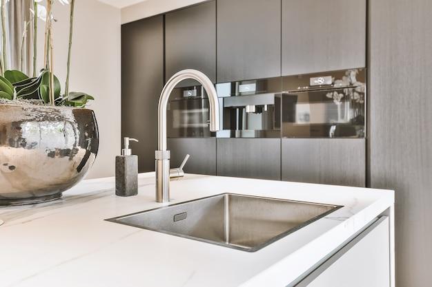 Chiuda in su del lavello elegante nella cucina di lusso