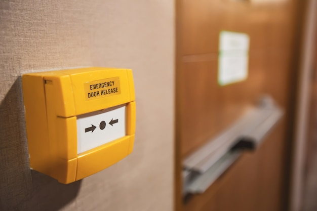 Primo piano, l'interruttore di rilascio della porta di emergenza si trova sulla porta di uscita antincendio
