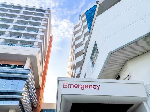 Primo piano dell'edificio dell'ospedale di emergenza.
