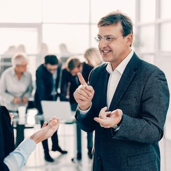 Avvicinamento. dipendenti che discutono idee per un nuovo progetto. giorni lavorativi in ufficio
