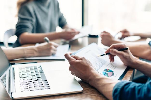 Avvicinamento. i dipendenti lavorano con diversi documenti finanziari. concetto di affari.