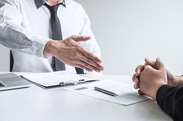 Primo piano del datore di lavoro pronto a stringere la mano del dipendente