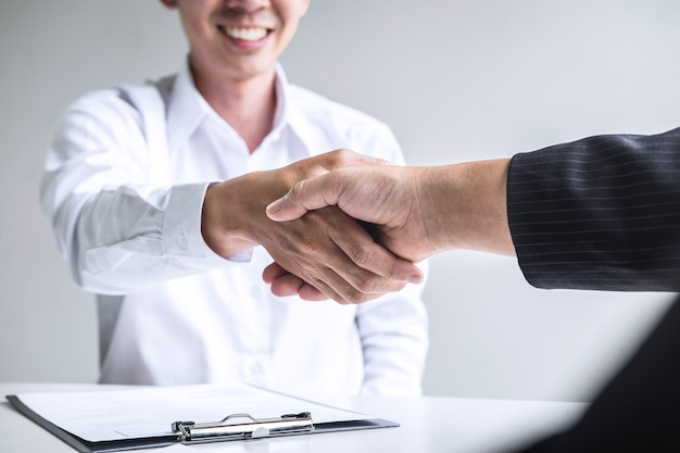 Primo piano del datore di lavoro che agitano le mani con un dipendente
