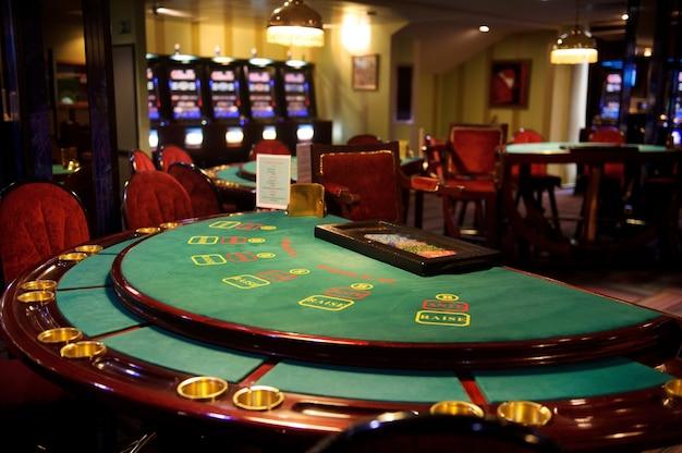 Primo piano sul tavolo del blackjack vuoto in un casinò