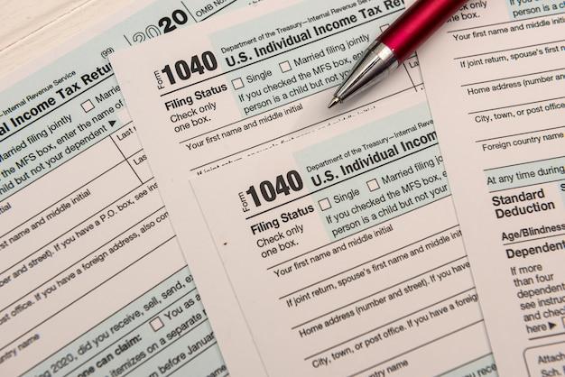 Primo piano di vuoto noi modulo fiscale 1040 e penna a sfera, concetto di contabilità
