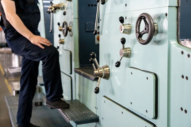 Close up ingegnere mano dito premere il pulsante che controlla macchina cnc, operai che operano macchinari di fabbrica in magazzino