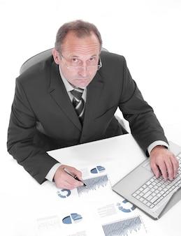 Avvicinamento. imprenditore esecutivo seduto alla sua scrivania