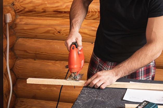 Primo piano di falegname esperto in abiti da lavoro e piccolo falegname proprietario buiness