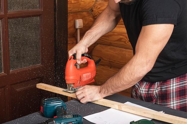 Primo piano di falegname esperto in abiti da lavoro e proprietario di piccole imprese