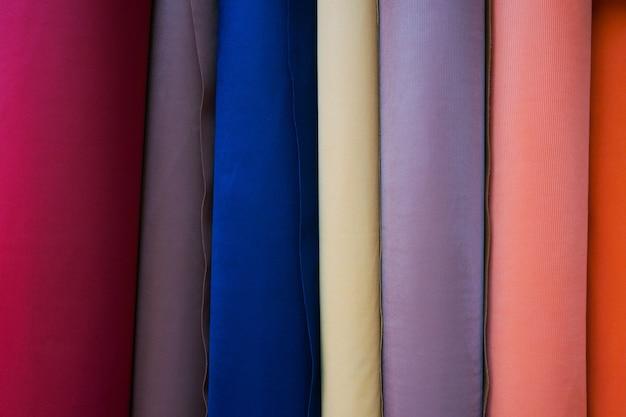 Primo piano di tessuto - sfondo tessile, vestiti multicolori
