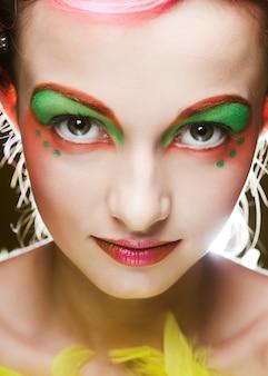 Primo piano di un volto di una ragazza con la faccia creativa