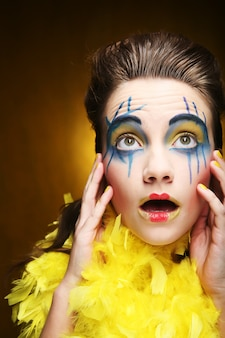 Primo piano di un volto di una ragazza con volto creativo
