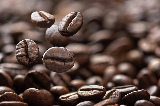 Primo piano di chicchi di caffè che cadono