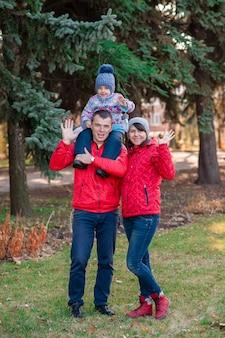 Primo piano sul ritratto di famiglia nel parco