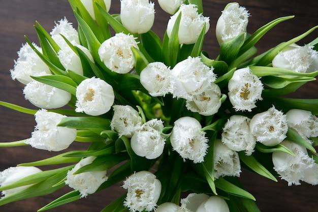 Close up fashion moderno bouquet di fiori diversi su una superficie di legno.