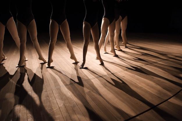 Primo piano di piedi nella classe di danza classica per bambini.