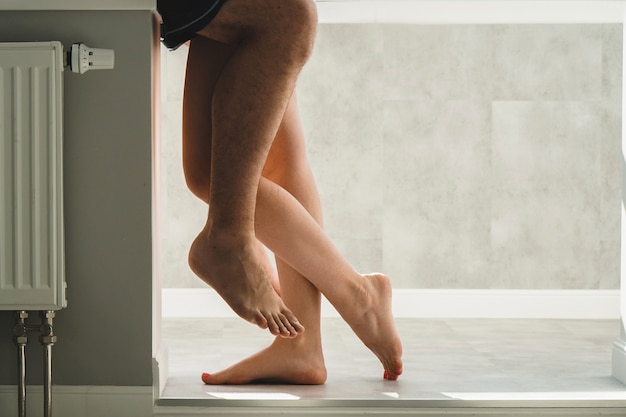 Primo piano dei piedi degli innamorati. gli amanti si abbracciano forte. posto per testo o banner.