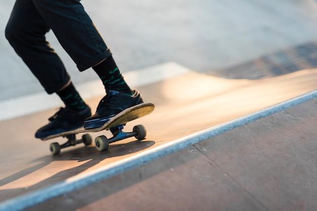 Primo piano dei piedi che praticano con lo skateboard