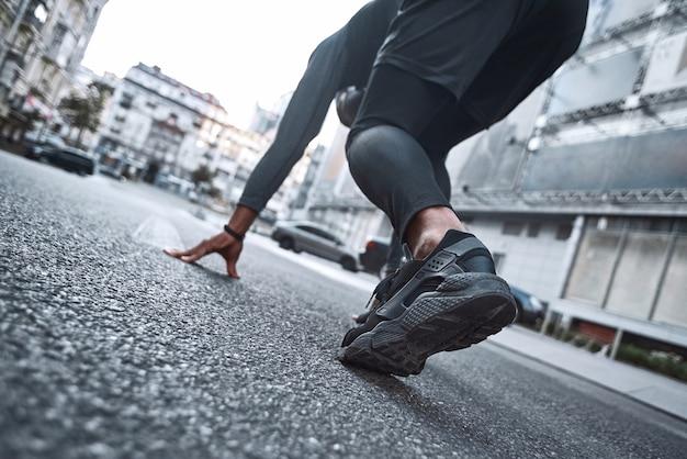 Piedi ravvicinati con scarpe da corsa e gambe atletiche forti di uomo sportivo atleta uomo