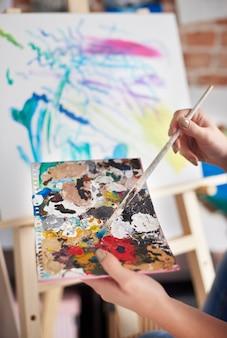 Primo piano della preparazione dell'artista femminile