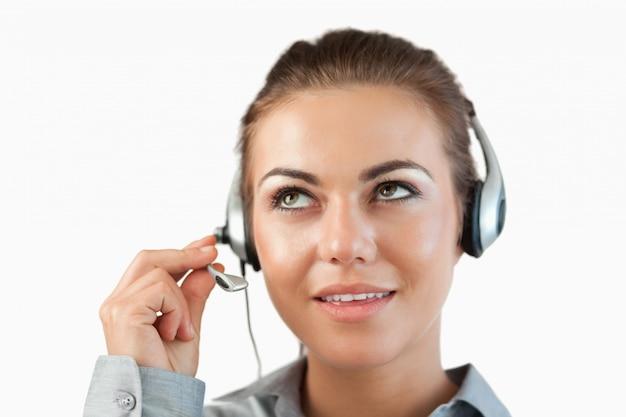 Chiuda su dell'agente femminile del centro di chiamata che ascolta molto attentamente