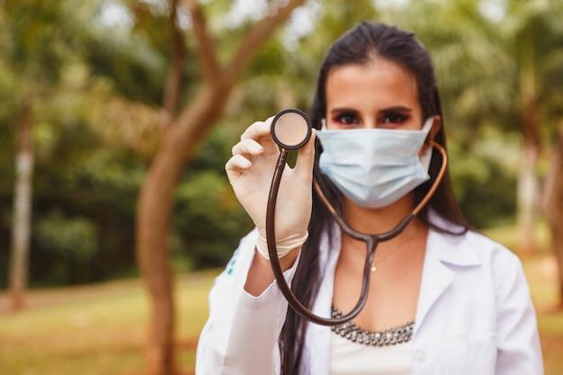 Primo piano della dottoressa utilizzando uno stetoscopio, concentrarsi sullo stetoscopio