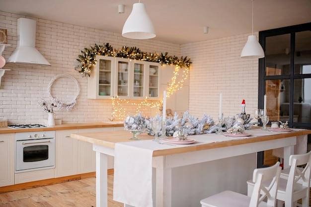 Primo piano sulla cucina addobbata a festa cena di natale