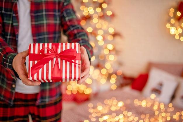 Primo piano sulla confezione regalo di natale avvolta a festa