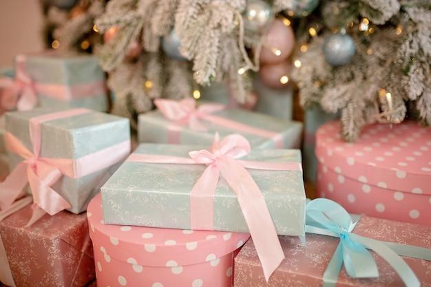 Primo piano sui regali di natale avvolti a festa